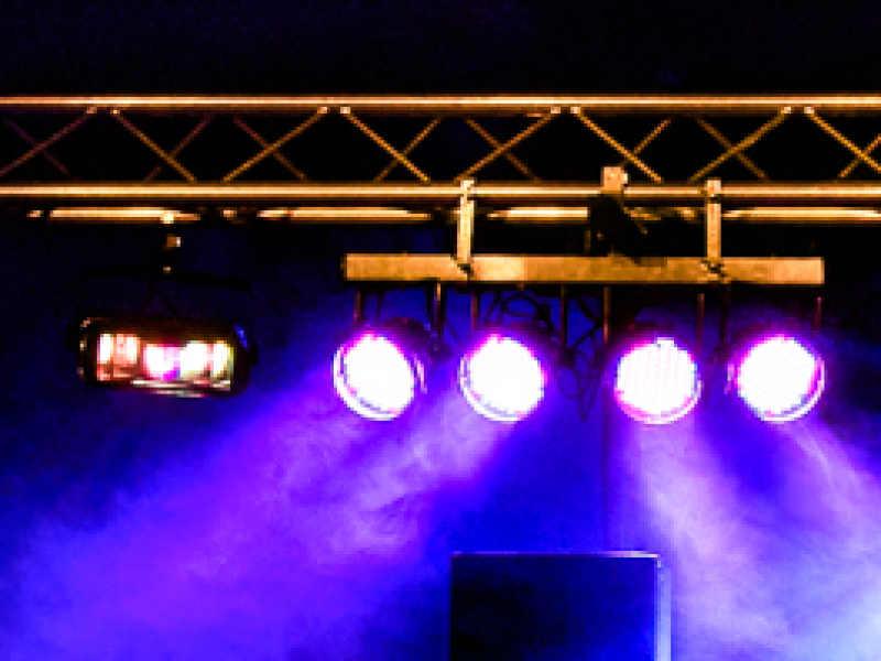 Grote dj-show inhuren met 8 led show-spots in trussbrug