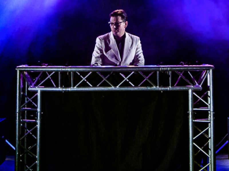 Grote dj-show huren met industrieel truss dj-meubel
