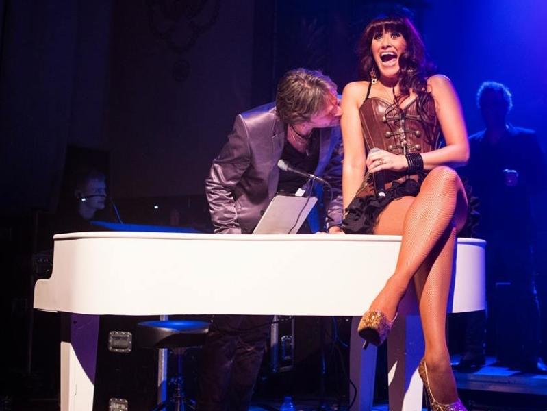 Vocaliste Erica boeken als zangeres op piano voor bedrijfsevenement