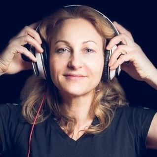 Female DJ Agnes van feestavond tot festival boeken, huren of inhuren? Plaats gratis en vrijblijvend een optie