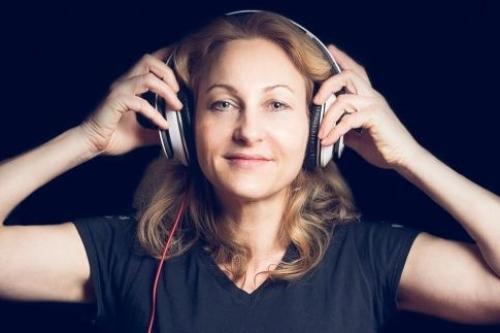 Vrouwelijke DJ huren met Agnes voor bedrijfsfeest