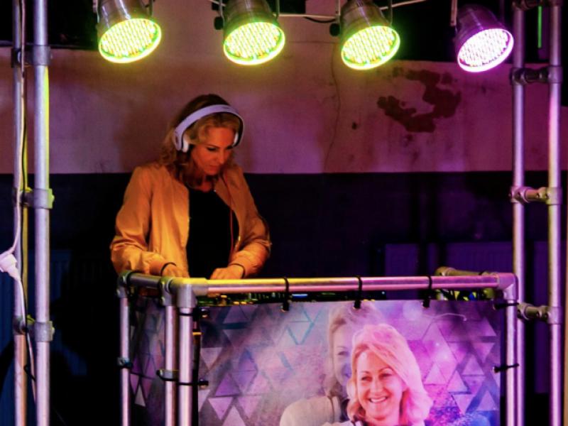 Vrouwelijke DJ Agnes boeken voor bedrijfsborrel of personeelsfeest