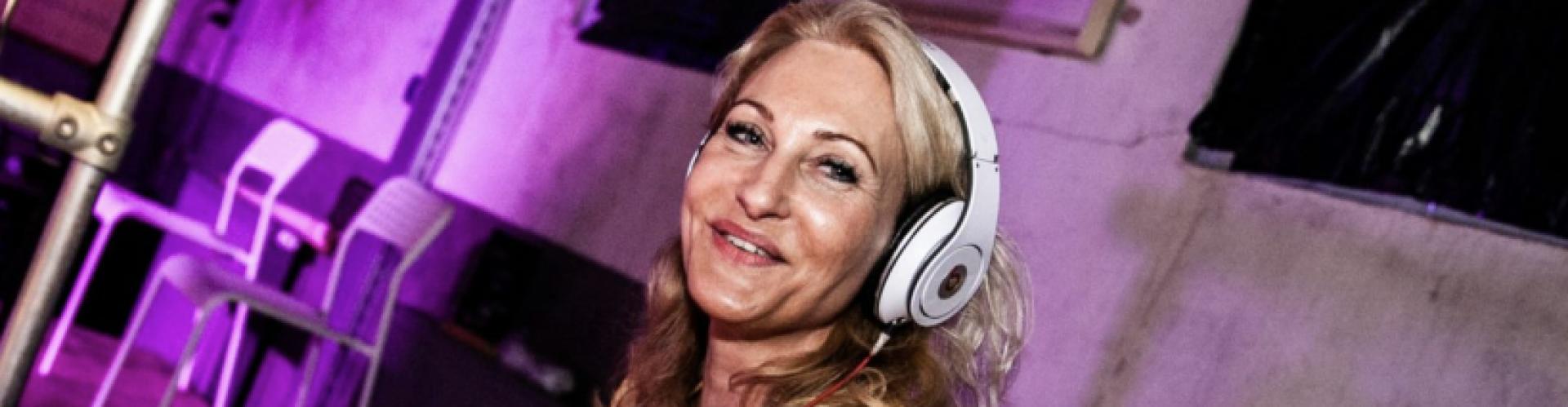 Vrouwelijke DJ Agnes huren vriendelijk en veelzijdig