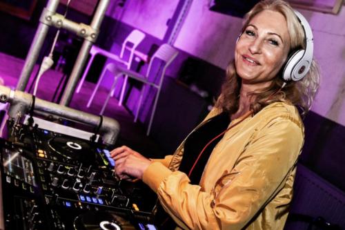 Vrouwelijke DJ Agnes inhuren