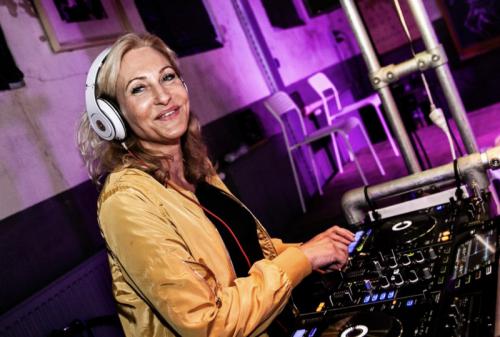 Vrouwelijke DJ Agnes boeken voor privé-feest of zakelijk evenement