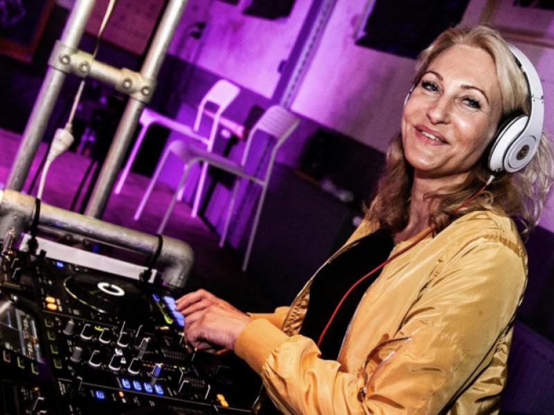 Female DJ Agnes boeken voor bedrijfsevenement