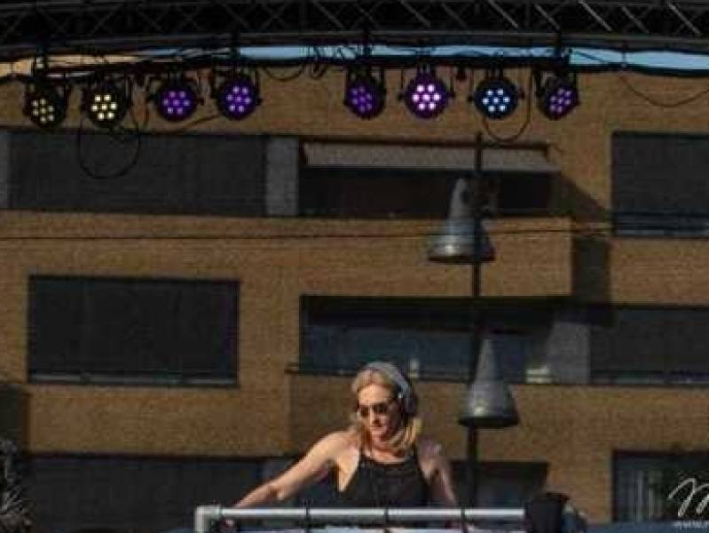 Vrouwelijke DJ Agnes inhuren voor openbaar evenement of festival