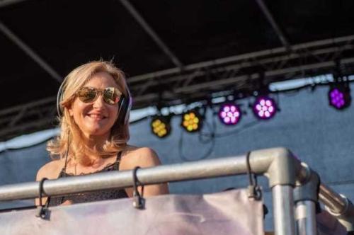 Vrouwelijke DJ Agnes boeken voor openbaar festival