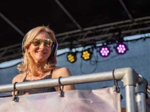 Female DJ Agnes boeken van feestavond tot festival