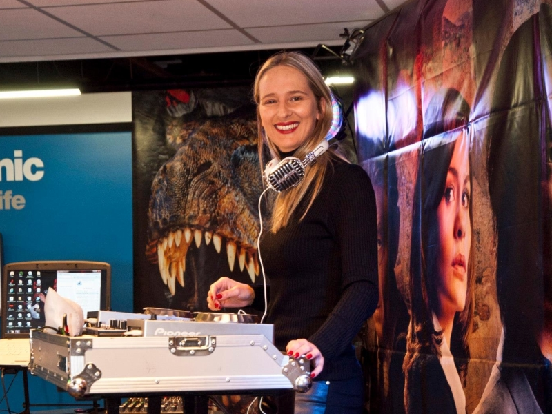 Female DJ Annelies inhuren voor bedrijfsborrel of personeelsfeest