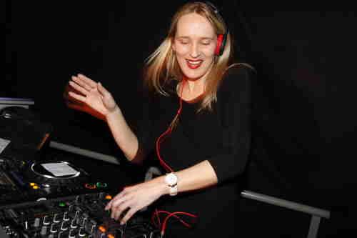 Vrouwelijke DJ Annelies boeken voor zakelijk evenement