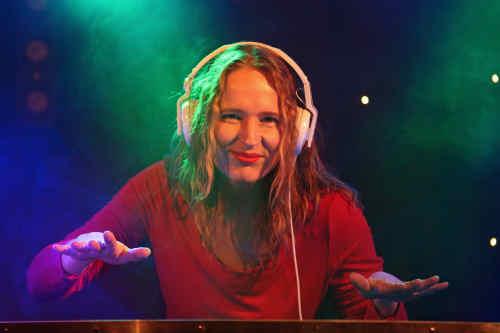Vrouwelijke DJ Annelies boeken voor op de voorgrond of achtergrond; lounge of allround