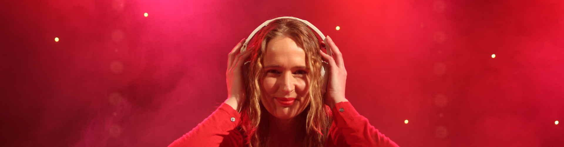 Vrouwelijke DJ Annelies huren allround, ervaren en hip