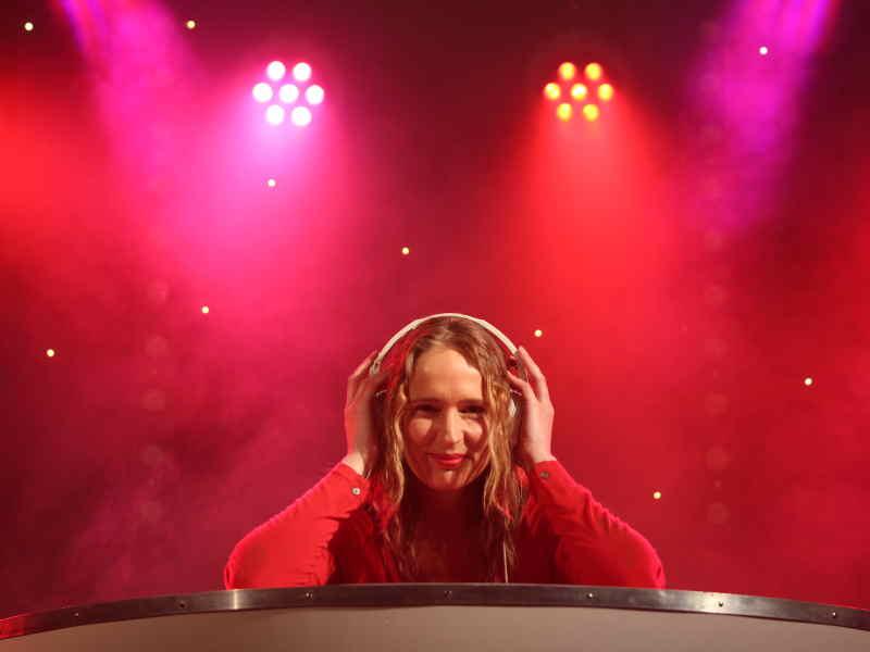 Vrouwelijke DJ Annelies huren voor ceremonie, receptie en trouwfeest