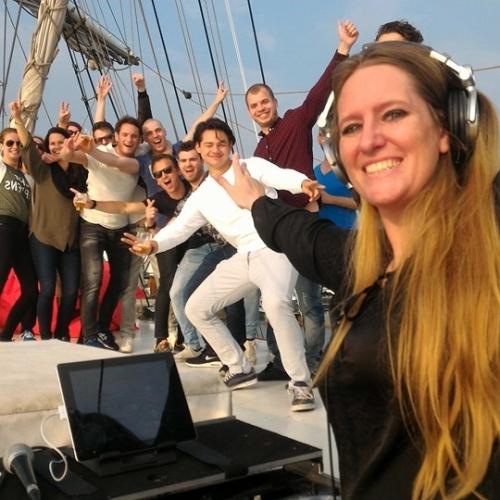 Vrouwelijke DJ huren zoals Merilyn hier in actie tijdens bootfeest