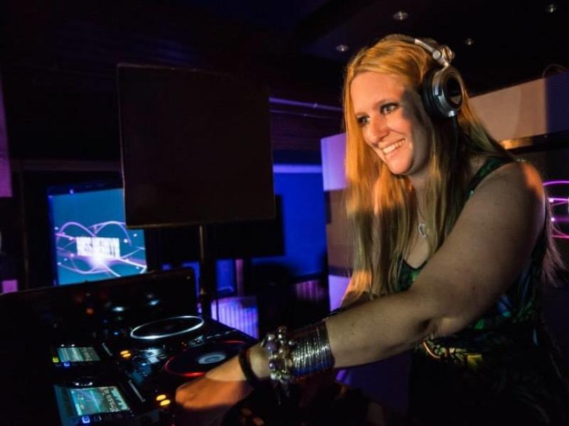 Female DJ Merilyn huren voor bedrijfsfeest