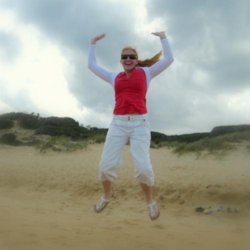 anja-springt-op-strand