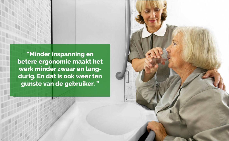 Cliënt wassen aan de wastafel een stuk lichter voor verzorger / verpleger
