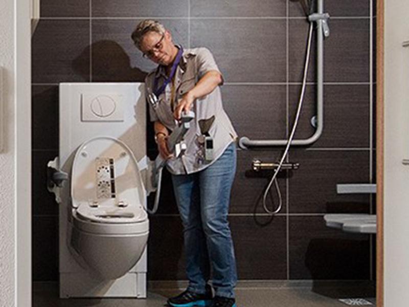 Veilig douchen in een zorgorganisatie door badkamer hulpmiddelen van Bano