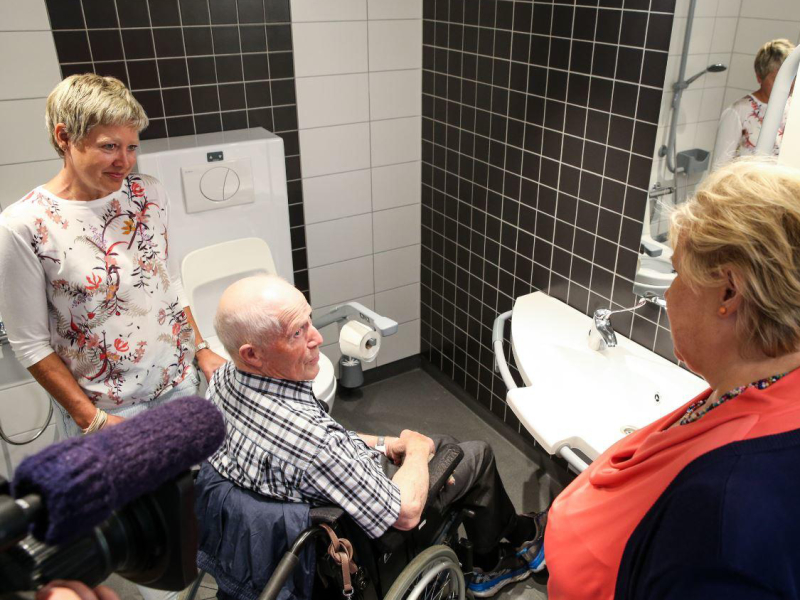 Veilig douchen voor ouderen door badkamer hulpmiddelen van Bano