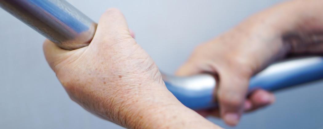 Waarom hulpmiddelen in de badkamer van groot belang zijn als zorgverlener