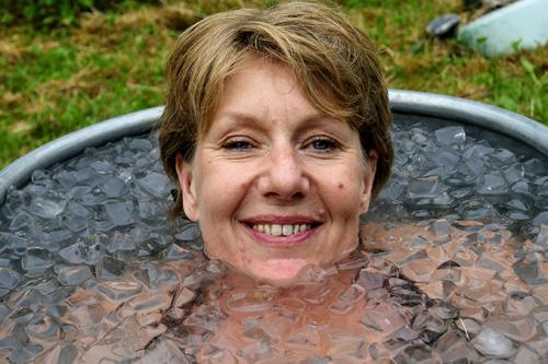 vrouw in ijsbad