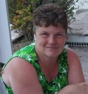 Jeanine Arendsen spoort met een wichelroede de geopatische belasting op.