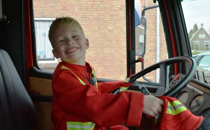 Achter het stuur van de brandweerwagen