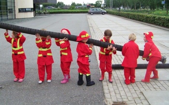 Kinderen in brandweerpakjes