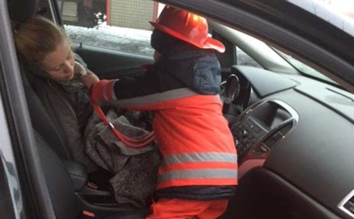 persoon uit de auto bevrijden tijdens het kinderfeestje