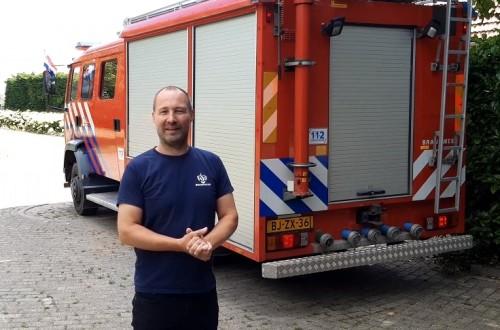 Brandweerman Theo bij de brandweerwagen