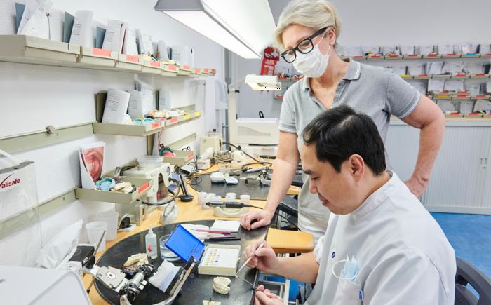 tandarts en tandtechnieker werken samen