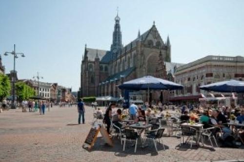 Afbeelding van de stad Haarlem (Sint Bravo Kerk met terrasjes ervoor)