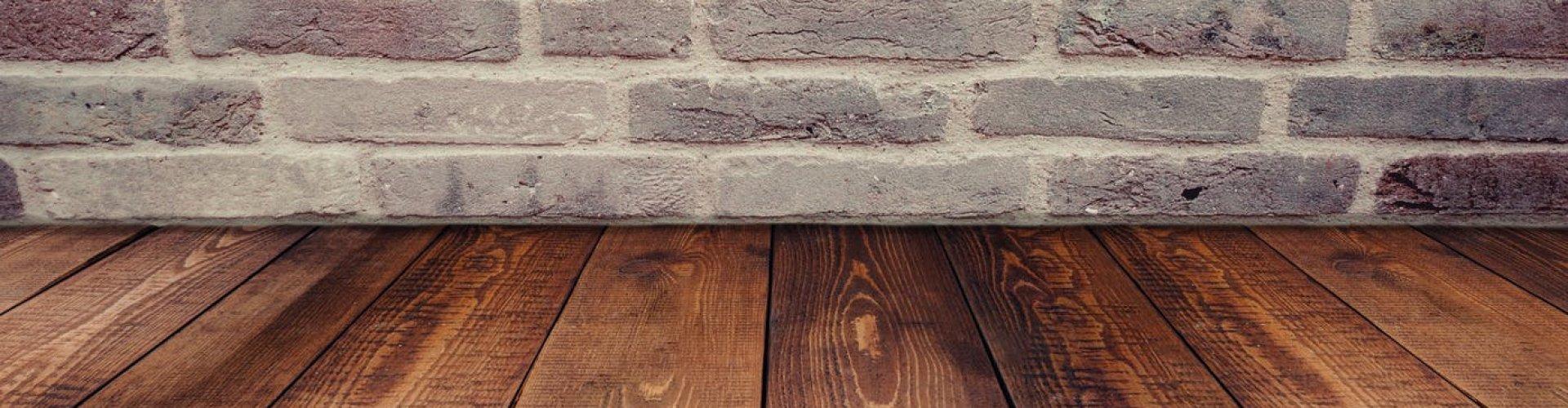 Stenen muur met een houten vloer