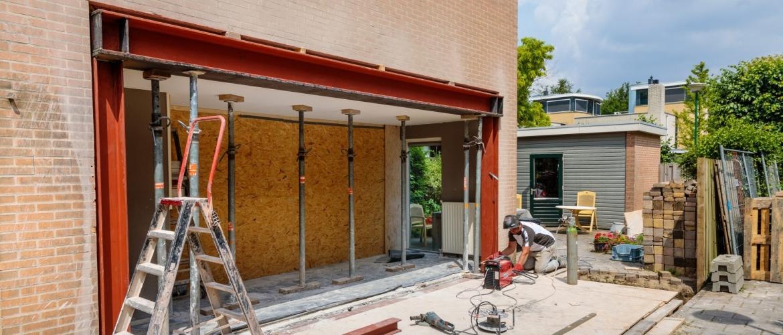 Een stalen balk plaatsen voor de bouw van een uitbouw... Hoe doe je dat?
