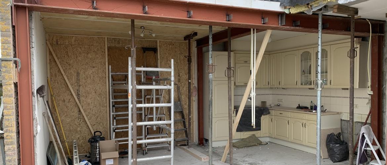 In 10 stappen een uitbouw en een keuken plaatsen.