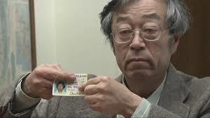 Satoshi Nakamoto houdt zijn ID kaart vst