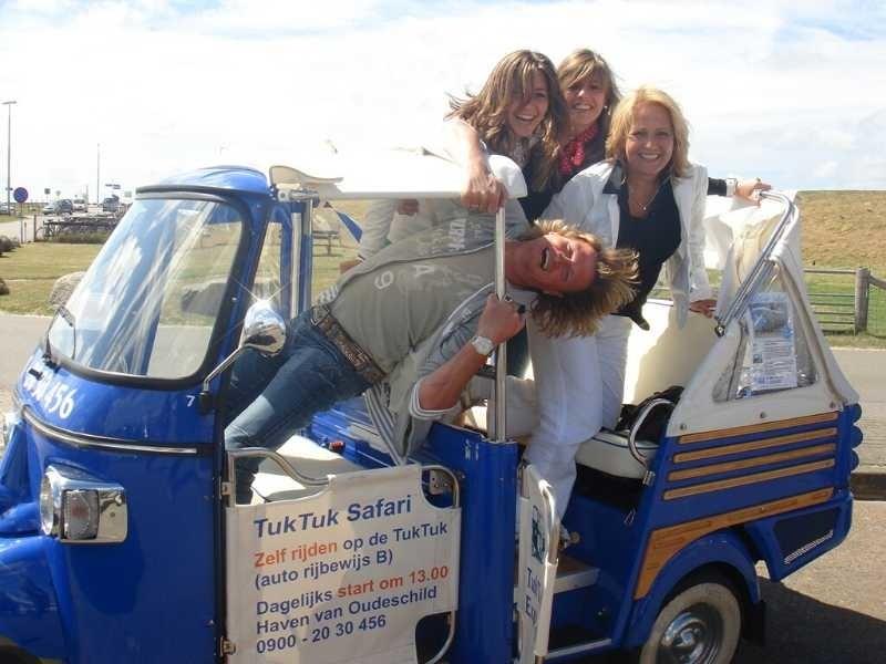dames in de tuktuk op de jachthaven