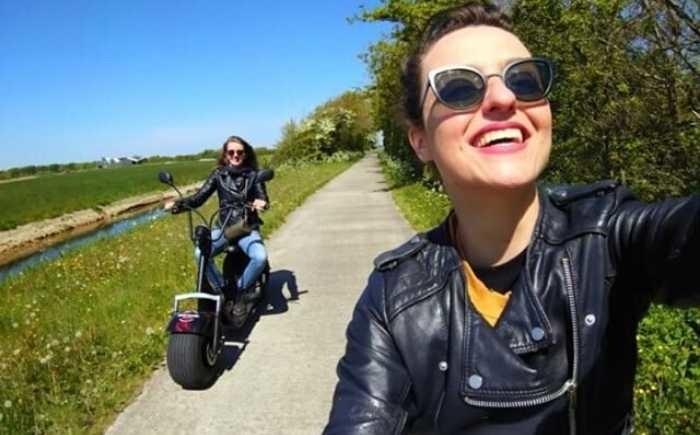vriendinnen op de texelcruiser scooter