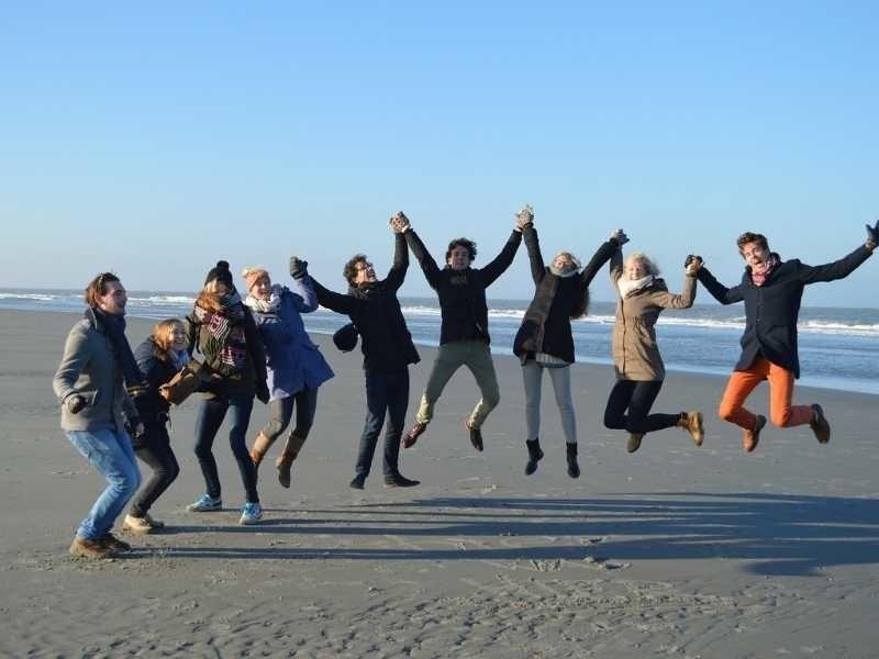 groepsuitje op strand texel