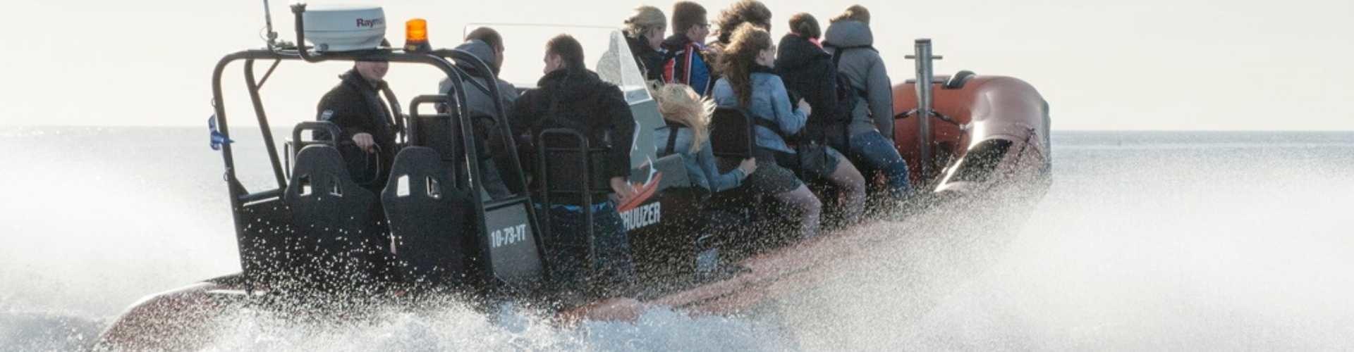 powerboat op de waddenzee bij texel