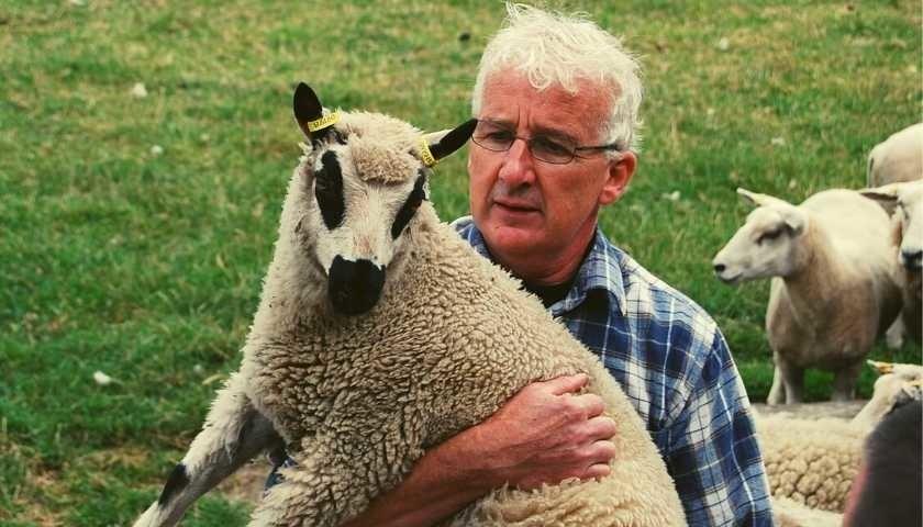 schapenboer hans witte met schaap