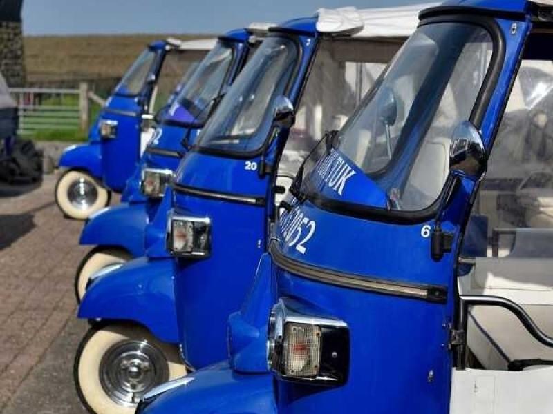 Tuktuk's in de rij op de haven van Oudeschild