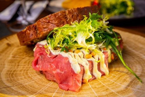 Broodjes op lunchkaart de bosbaan, waar je kunt lunchen, dineren en vegaderen met een view