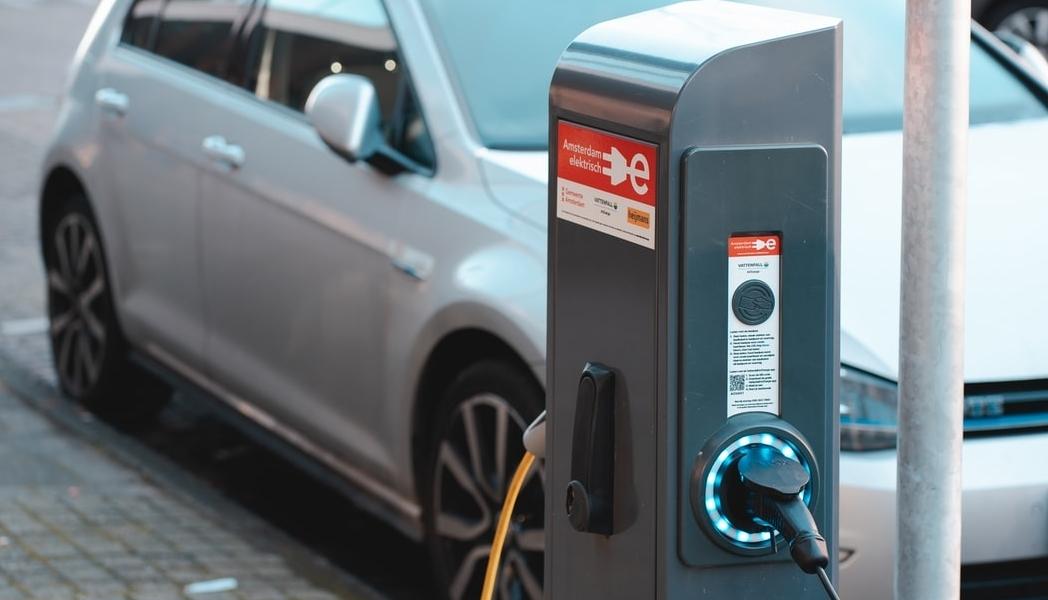 elektrische auto opgeladen