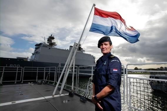 vrouwelijke marine van de defensie