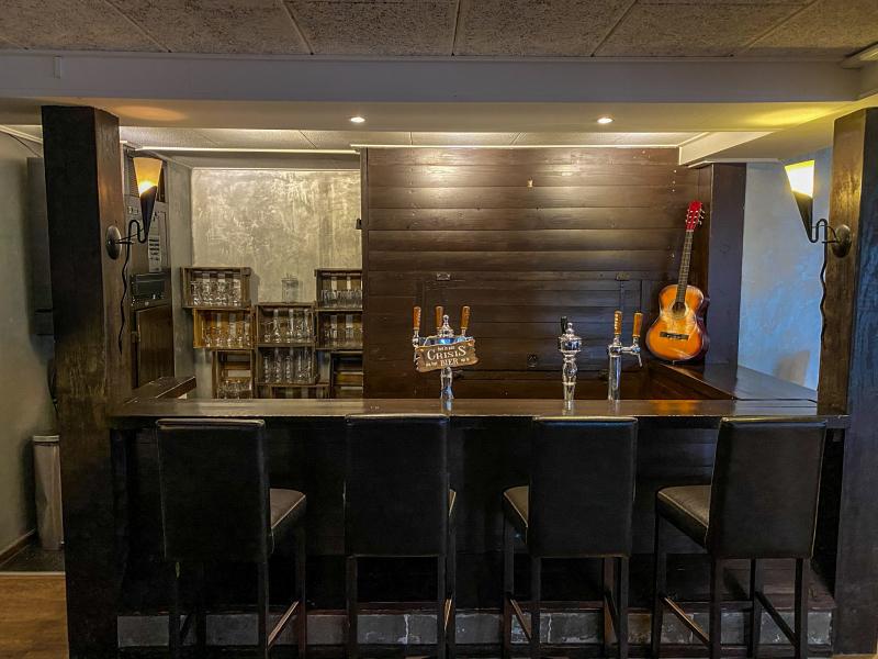 Groepsaccommodaties in Friesland met enorme bar