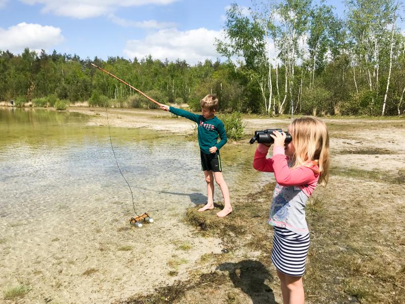 Spelen aan het canadameer met kinderen