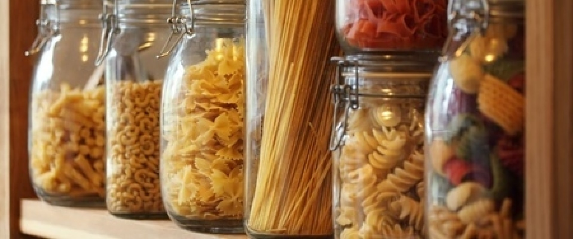 Voorraadkast opruimen, schoonmaken en handig indelen