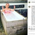 Judith energiek in het ijsbad tijdens de Wim Hof Methode